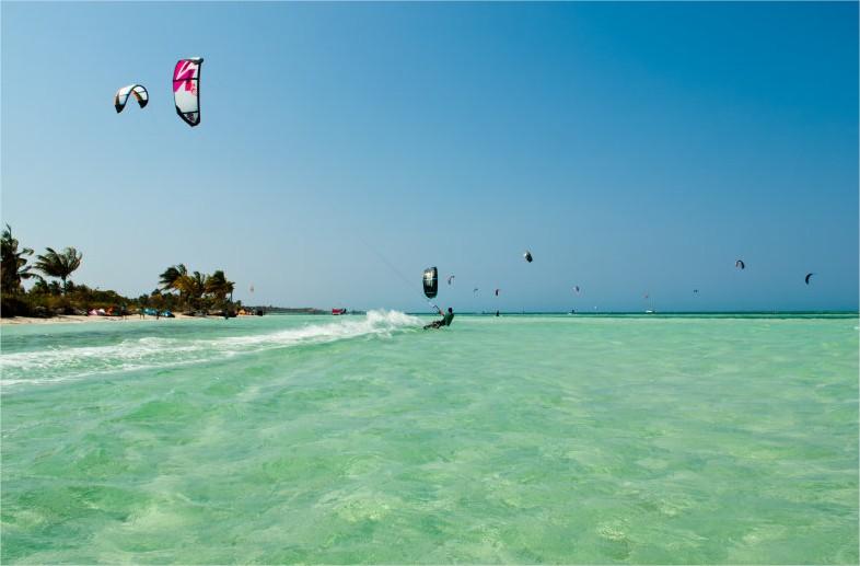 PLage de kitesurf à cuba: eau aqua et quelques voile vogue sur l'eau